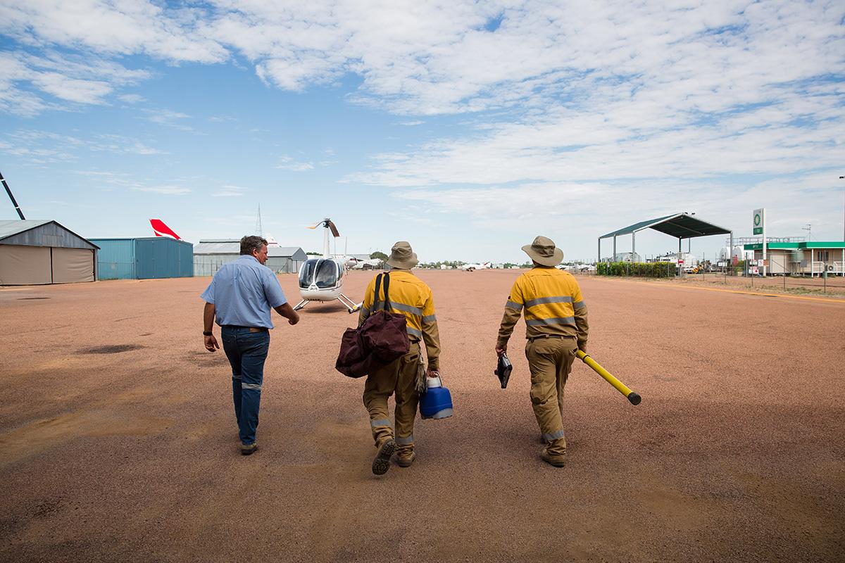 Queensland Helicopters - Workers boarding